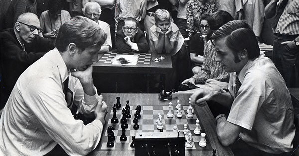 Larry C Morris NYTimes at the Manhattan Chess Club in 1971, a crowd gathered around a speed match between Bobby Fischer (left) and Andrew Soltis