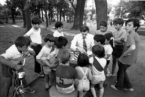 Bobby Fischer, Chess in Park, Children Gather Round, Buenos Aires, 1971